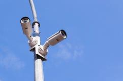 Twee veiligheidscamera's op blauwe hemel Royalty-vrije Stock Afbeelding
