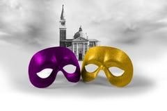 Twee Venetiaanse maskers op een landschapsachtergrond Stock Foto