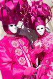 Twee Venetianen in roze kostuums Royalty-vrije Stock Foto's