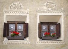 Twee vensters bij een oud gebouw Stock Afbeelding