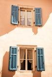 Twee vensters in Mediterrane stijl Stock Fotografie