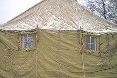 Twee vensters militaire tenten de winter, sneeuw, bos royalty-vrije stock fotografie