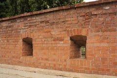 Twee vensters in oude bakstenen muur Royalty-vrije Stock Foto's