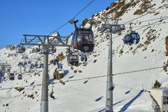 Twee verbindingen van mono-kabel afneembare gondels met hoge vervoercapaciteit heffen skiërs tot de heuvelbovenkant in op de Alpe Royalty-vrije Stock Afbeelding