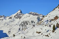 Twee verbindingen van mono-kabel afneembare gondels met hoge vervoercapaciteit heffen skiërs tot de heuvelbovenkant in op de Alpe Royalty-vrije Stock Foto's