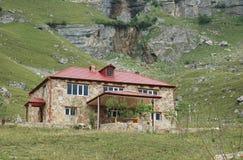 Twee verdiepingsherenhuis in bergen Royalty-vrije Stock Fotografie