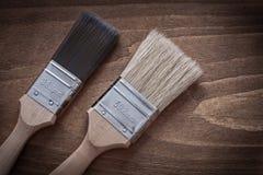 Twee verfborstels met houten handvatten en horizontale het varkenshaar wedijveren stock fotografie