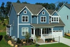 Twee-verhaal, blauw, in de voorsteden huis in een buurt in Noord-Carolina stock foto's