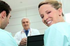 Twee verpleegsters en een arts Stock Foto