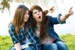 Twee verraste jonge tienerjaren Stock Afbeeldingen