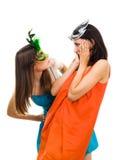 Twee verraste jonge vrouwen die masker dragen bij masquera royalty-vrije stock afbeelding