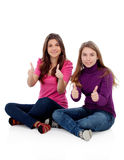 Twee verschillende zusters die O.k. zeggen Royalty-vrije Stock Fotografie