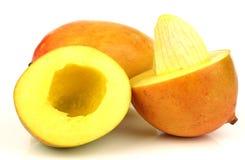 Twee verse gesneden mangovruchten met één stock afbeelding