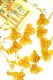 Twee verspreide bloemen van gouden kleur, patroon op papyrus royalty-vrije stock afbeeldingen