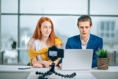 _twee video blogger bespreking over iets en glimlachen Royalty-vrije Stock Foto's