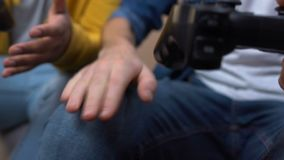Twee videospelletjes spelen en middelbare schoolvrienden die, hobby, handenclose-up verliezen stock videobeelden