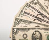 Twee Vijf die dollarsbankbiljetten op witte achtergrond worden geïsoleerd stock foto