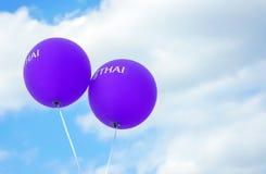 Twee violette ballons met de inschrijving THAI stock afbeeldingen
