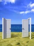 Twee vis-à-vis deuren bij oceaan Royalty-vrije Stock Foto