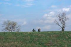 Twee vissende Vrienden die Lijnen in Centraal Kentucky gieten stock afbeelding