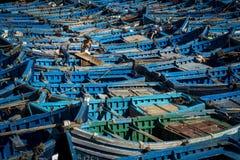 Twee visser het werken in de traditionele blauwe vissersboten dokte in de visserijhaven van Essouria in de Atlantische Kust van M Stock Foto's