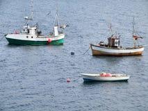 Twee visserijschepen en een boot op anker Royalty-vrije Stock Foto's