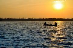 Twee vissers die een kleine boot in de binnenwateren van Kerala roeien stock foto's