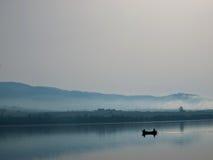 Twee vissers in een boot royalty-vrije stock fotografie