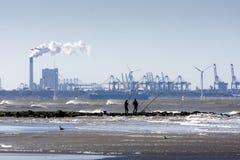 Twee vissers op een pijler van de Nederlandse kust Royalty-vrije Stock Fotografie