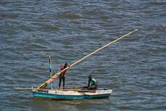 Twee vissers op zee dichtbij Maputo Stock Fotografie