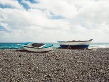 Twee vissersboten bij het strand Stock Foto