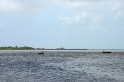 Twee vissersboten bij kreek van het Overzees Pakistan Van karachi van Arabië Stock Afbeelding