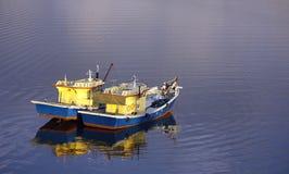 Twee vissersboten die op golvend water drijven Stock Foto's