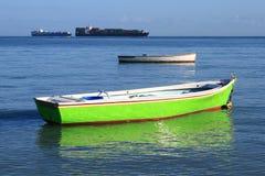 Twee vissersboten in ondiep water royalty-vrije stock afbeeldingen