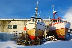 Twee vissersvaartuigen aan de grond, Noorwegen Stock Fotografie