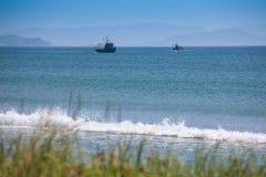 Twee vissersvaartuigen die in de Golf vissen Stock Foto
