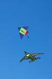 Twee vliegers tegen een blauwe hemel Royalty-vrije Stock Foto's