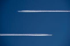 Twee vliegtuigen in de lucht Royalty-vrije Stock Afbeeldingen