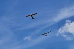 Twee vliegtuigen die in de blauwe hemel vliegen royalty-vrije stock foto