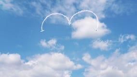 Twee vliegtuigen die een hart in de hemel met rook trekken royalty-vrije illustratie