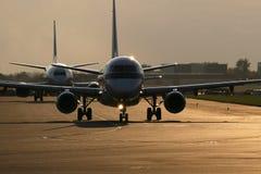 Twee vliegtuigen op baan Royalty-vrije Stock Afbeeldingen