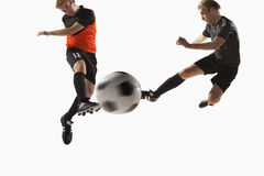 Twee voetballers die een voetbalbal schoppen Royalty-vrije Stock Afbeeldingen