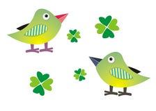 Twee vogels en bladerenklaverblad Stock Afbeelding