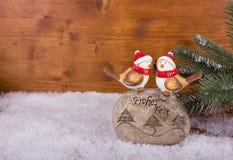 Twee vogels op een steen met Kerstmiswensen Royalty-vrije Stock Fotografie