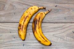 Twee volledig rijpe bananen Stock Foto's