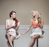 Twee voorname meisjes tijdens het voorbereidingen treffen aan de partij Stock Afbeeldingen