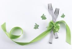 Twee vorken met groen konijntjes en lint Stock Afbeelding