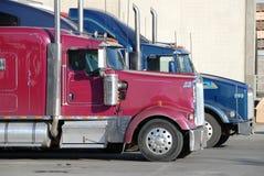 Twee vrachtwagens bij pakhuis Royalty-vrije Stock Afbeelding