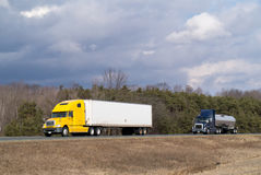 Twee vrachtwagens op weg stock afbeeldingen