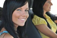 Twee vrienden in auto Stock Afbeeldingen